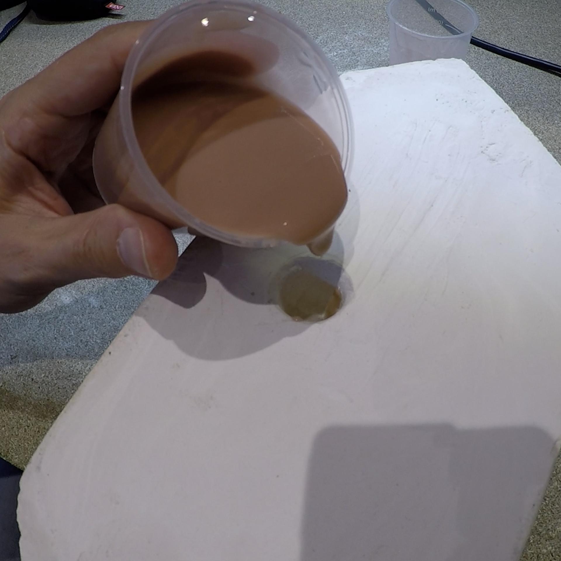 Coulage du silicone dans le moule en plâtre pour la fabrication d'un personnage d'animation en stopmotion