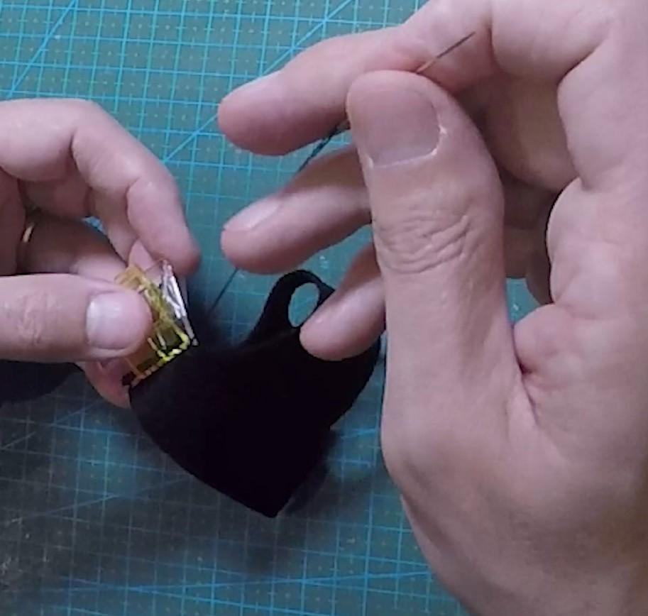 Couture du costume d'un personnage articulé pour le stopmotion